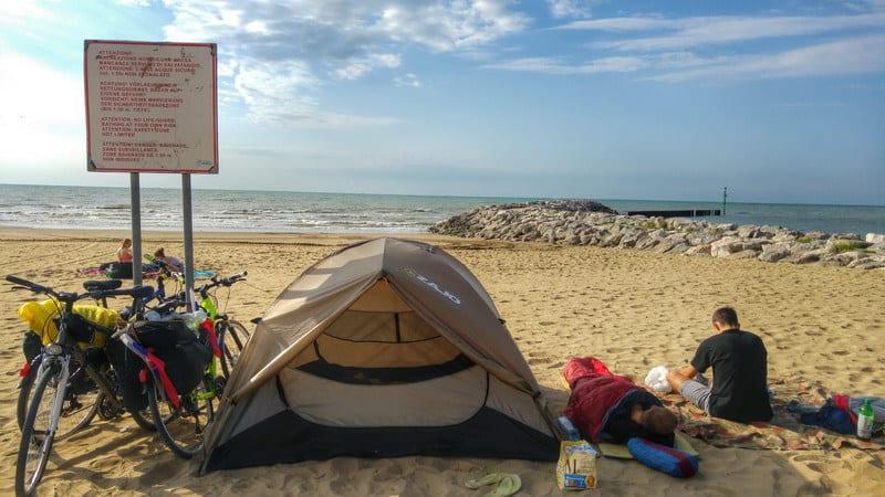 Bratislava - Rím na bicykloch - stanovanie na pláži