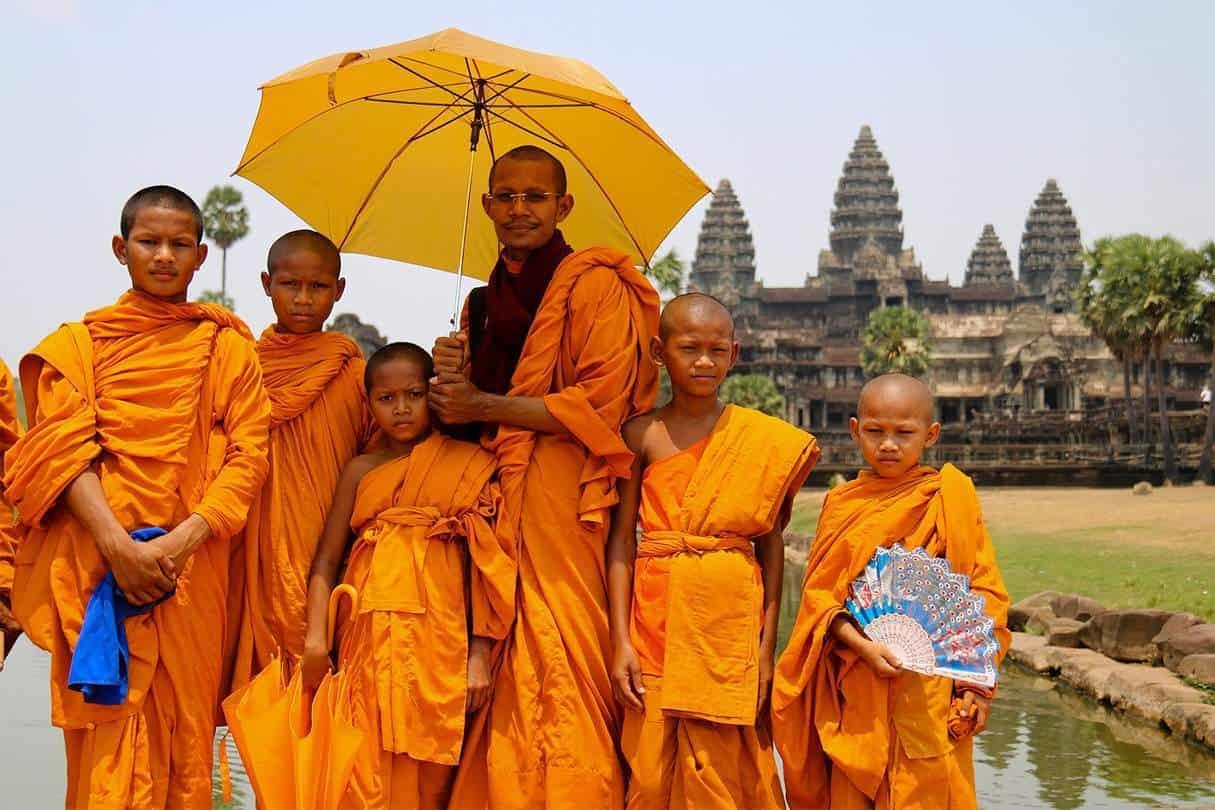 Kambodža - Angkor Wat a mnísi