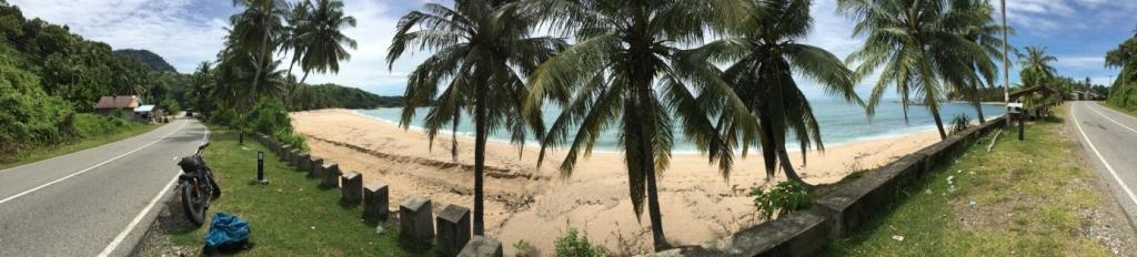 Piesočnatá pláž s palmami