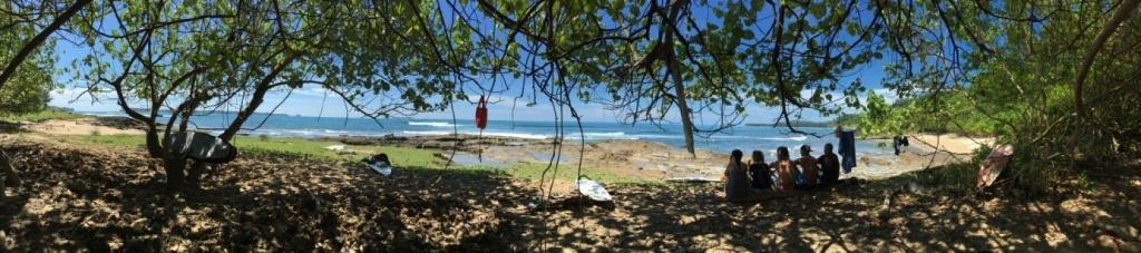 Ľudia na pláži medzi stromami, rozhovor s cestovateľským nomádom