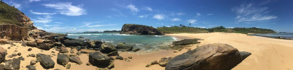 Kamenistá a piesočnatá pláž, rozhovor s cestovateľom