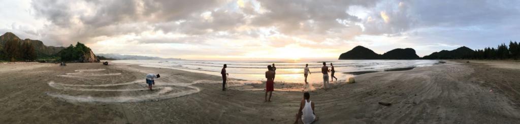 Panoráma pláže pri zapadajúcom slnku, rozhovorom s Martinom Masjidom