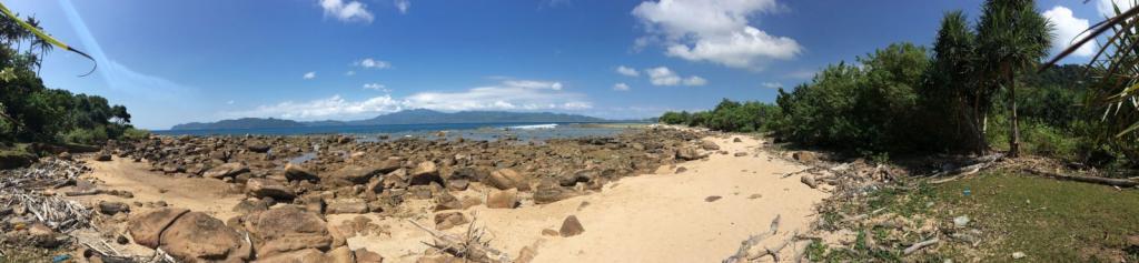 Kamenistá a piesočnatá pláž v exotickej krajine