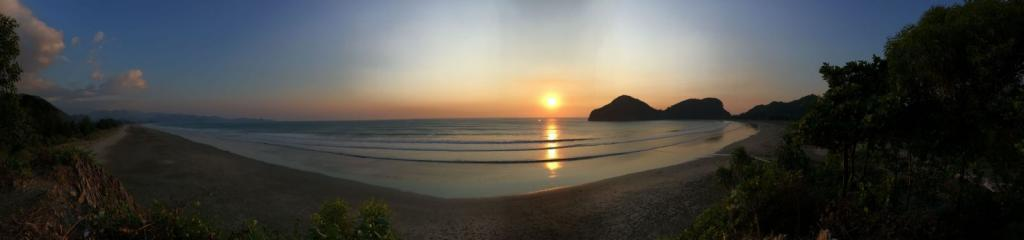 Západ slnka na piesočnatej pláži v Ázii