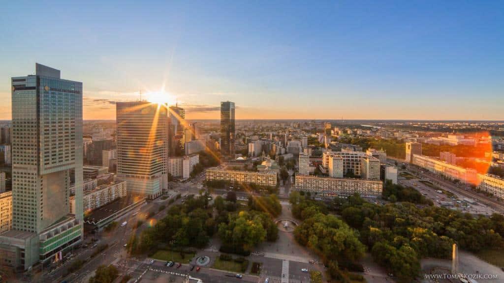 Výhľad na veľkomesto z mrakodrapu pri západe slnka, Vista travellers