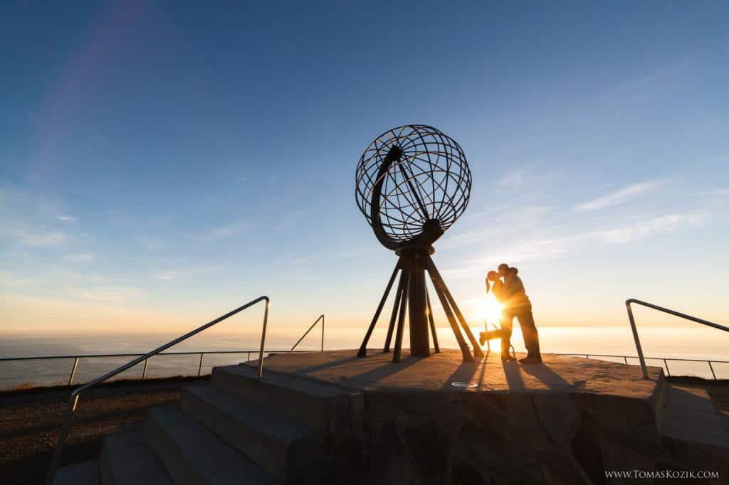 Vista travellers pri západe slnka na ich ceste na Gibraltár