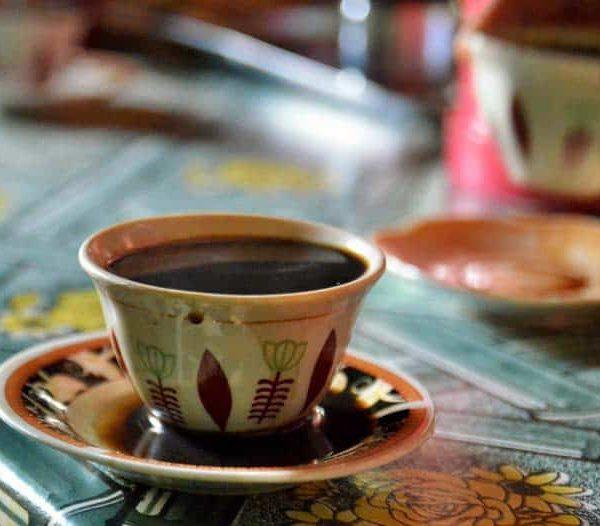 Krásne zdobená šálka kávy v Etiópii