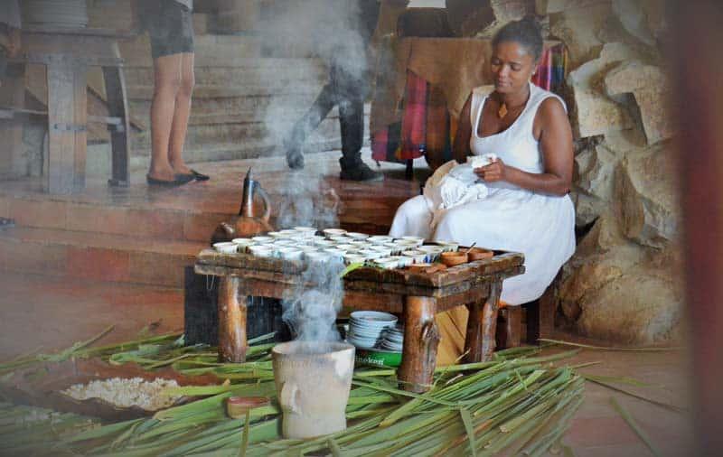 Černošská žena pripravuje kávovú ceremóniu v Etiópii