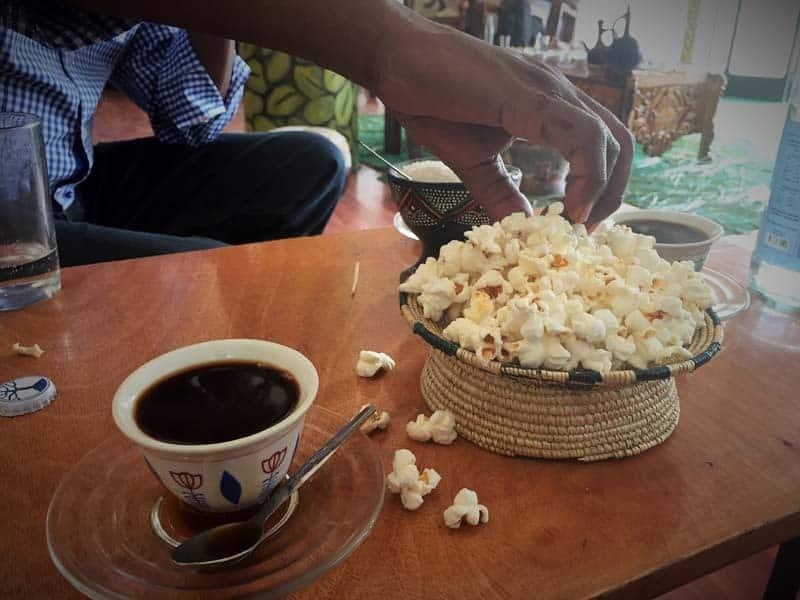 Jedenie pukancov popri pití kávy v Etiópii