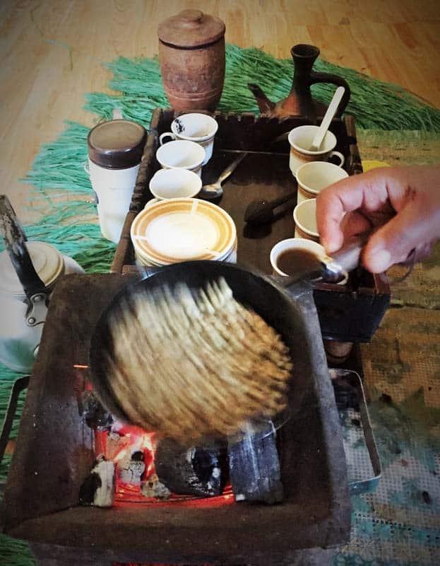 Príprava kávy v Etiópii