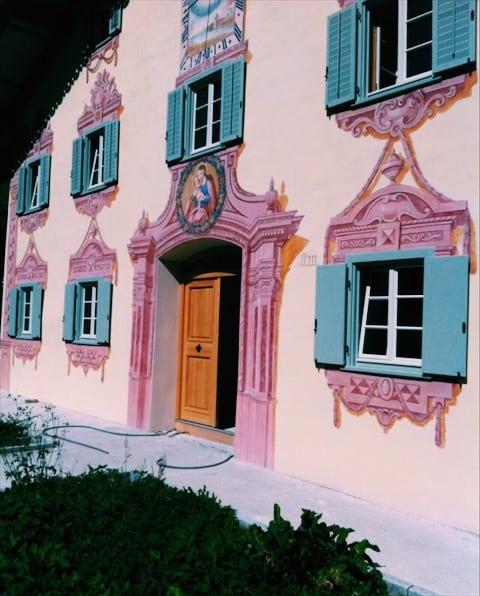 Starý, pestro vymalovaný dom a vchodové dvere v strede