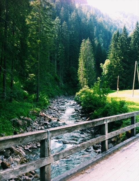 Horský potok a most na ňom