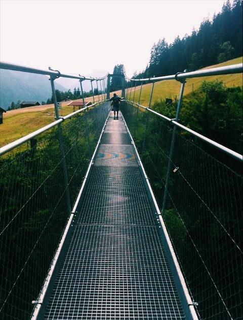 Kovový most cez priepasř v horách