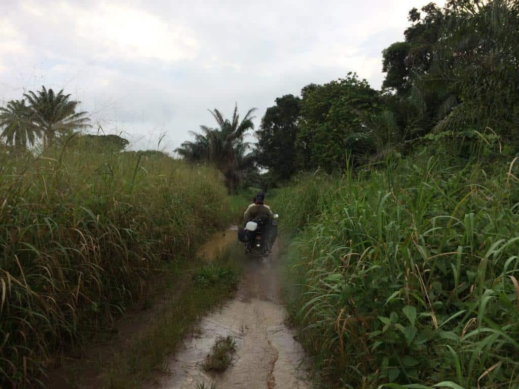 Cestovanie na motorke po džungli v Kongu, do mesta Gemena