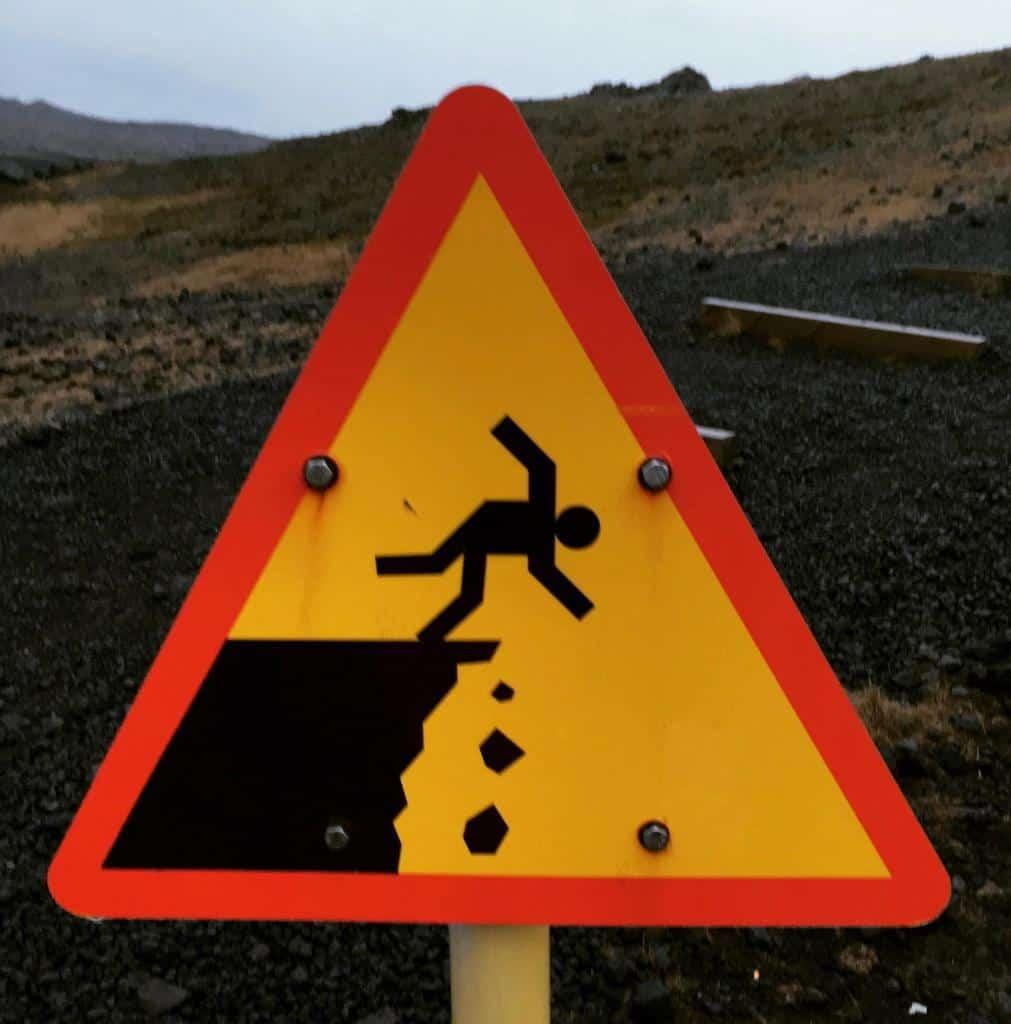 dopravné značenie na Islande upozorňujúce na nebezpečenstvo pádu z výšky