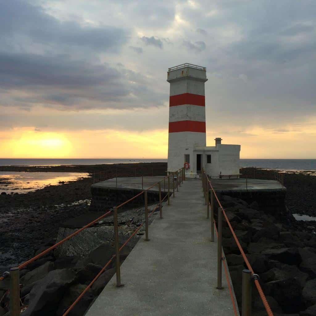 Maják pri západe slnka na Islande