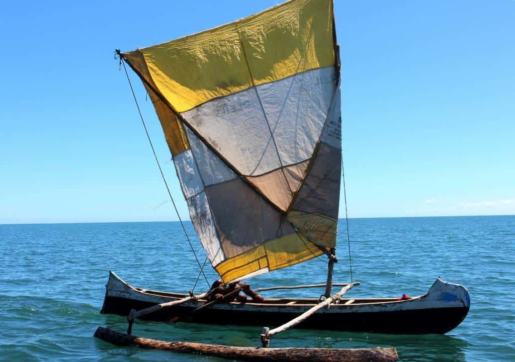 Piroga, malá loďka na vode pri ostrove Nosy Ve, Madagaskar