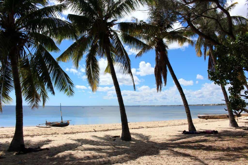 Piesočnaté pobrežie Toliar na ostrove pirátov - Nosy Ve, pri Madagaskare