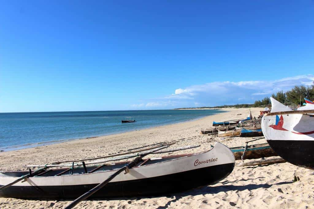 Piesočnaté a malými loďkami posiate pobrežie Anakao na ostrove Nosy Ve, Madagaskar