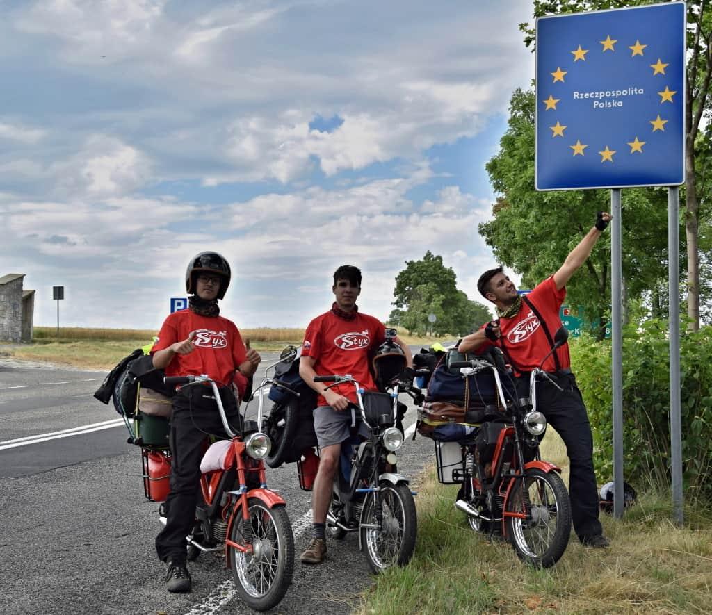 Celý motorkársky tím Na babette po svete, na hraniciach Poľska