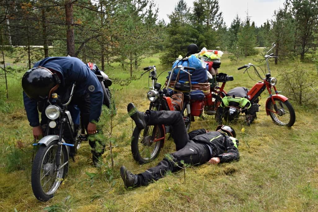 Oddych v lese počas expedíce Na babette po svete