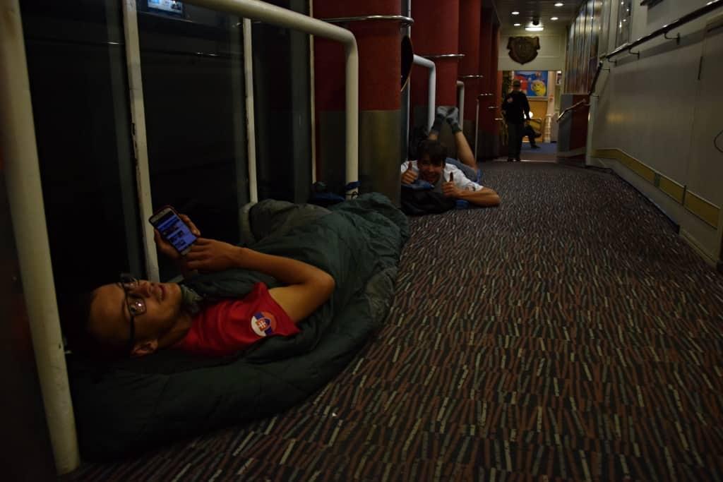 Spánok na zemi počas expedície na babetách
