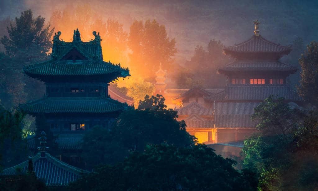 Večerný zrekonštruovaný chrám Šaolin, Čína