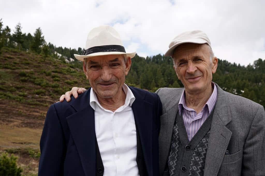 Starí páni pózujúci na fotke v Národnom parku Prokletije v Albánsku