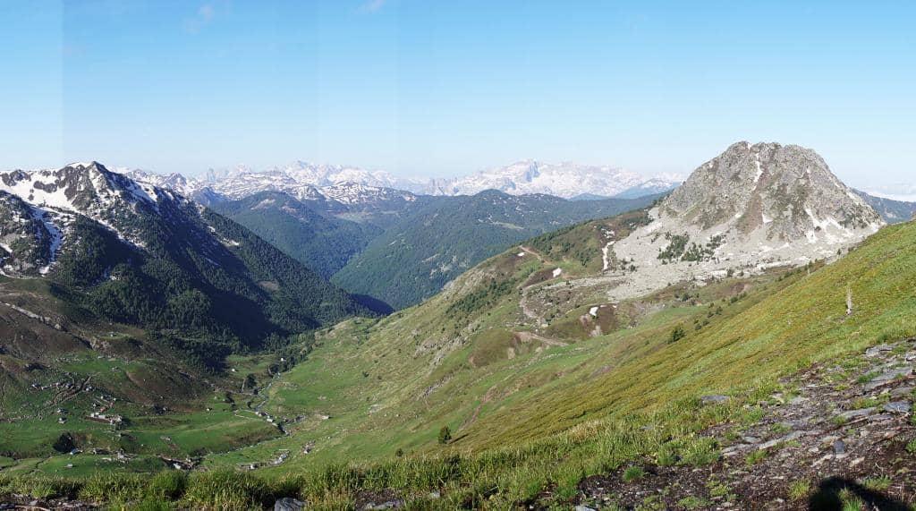 Výhľad do údolia zakliesneného medzi vrcholmi Národného parku Prokletije, Albánsko