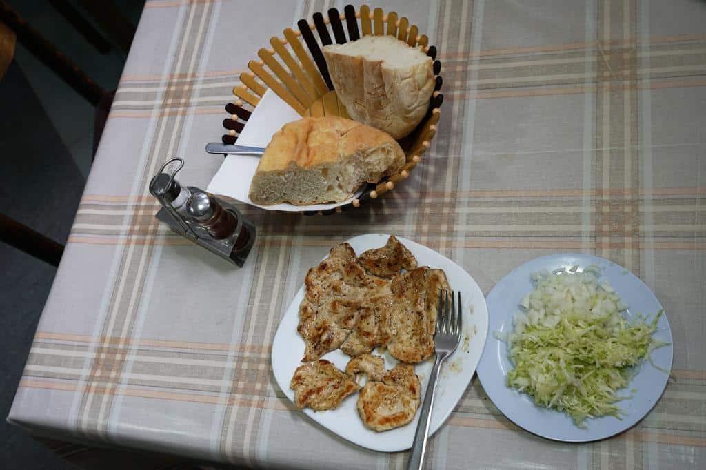 Balkánska pohostinnosť - chlieb, pečené kuracie prsia a kapusta