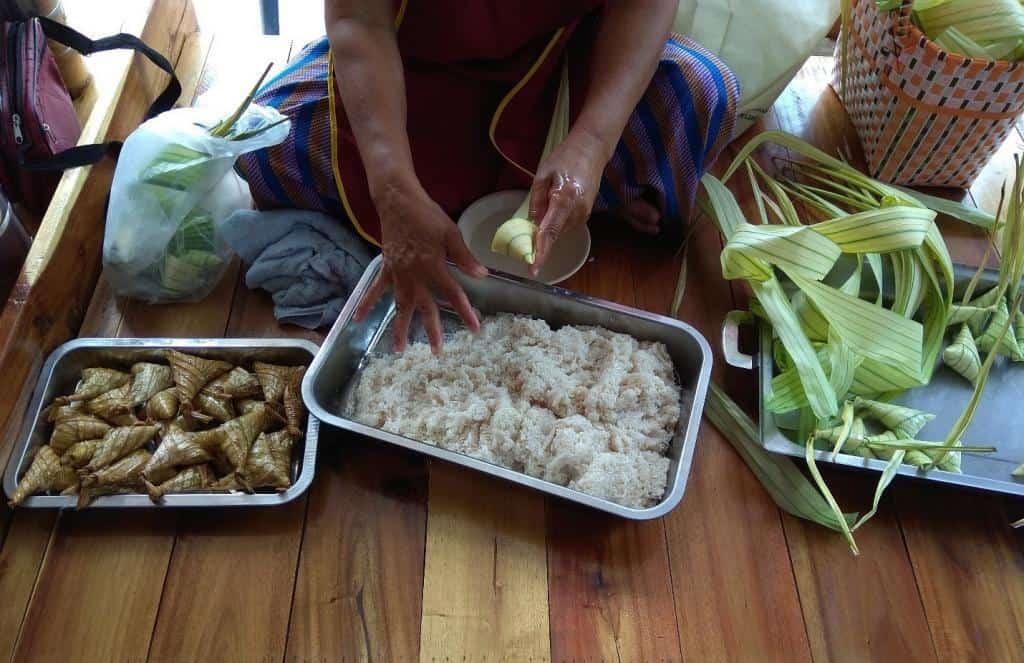 Príprava thajského jedla Kanom Tom - žena pripravujúca varenú ryžu