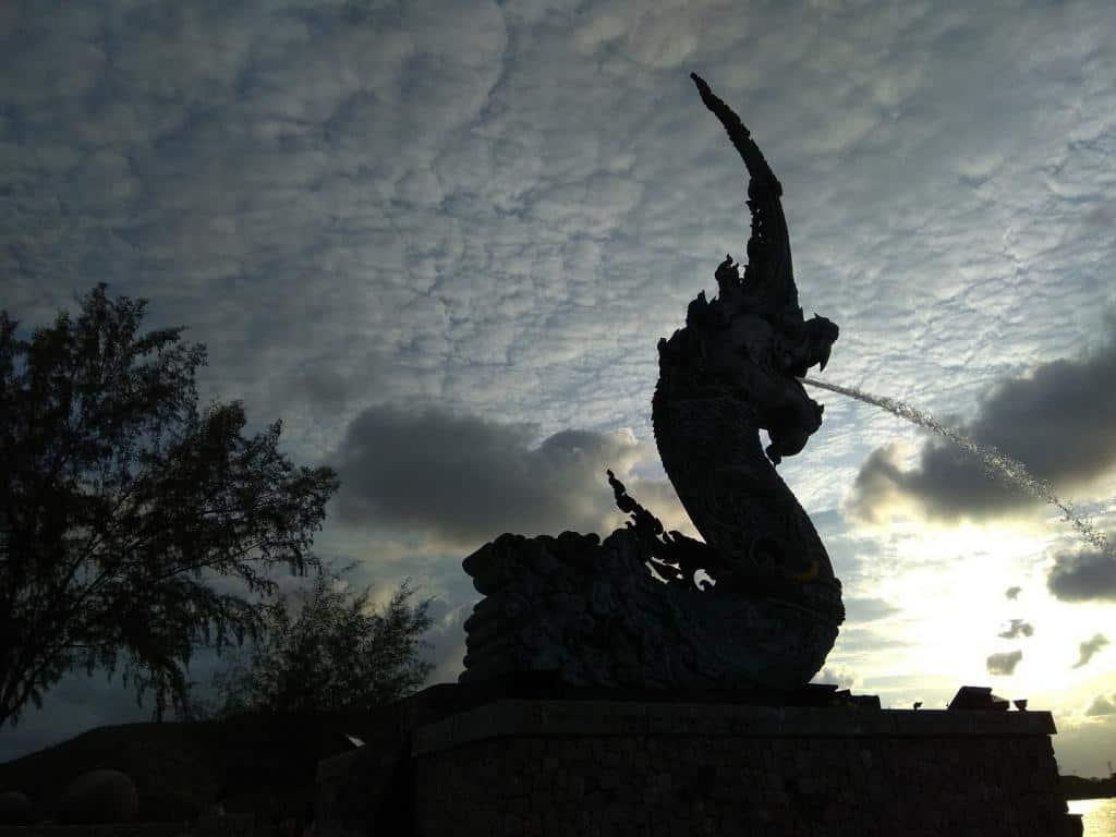 Socha draka pri západe slnka v Thajsku v meste Songkhla