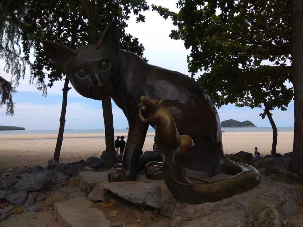 Socha na pláži pod stromami v meste Songkhla, Thajsko