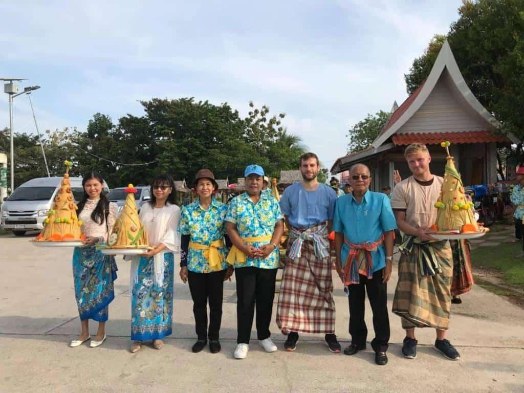 Ľudia v Thajsku oblečený v tradičných sukniach