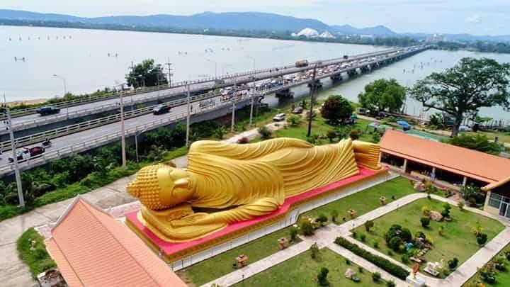 Obrovská ležiaca socha Buddhu v meste Songkhla, Thajsko, na pobreží pri dlhom moste