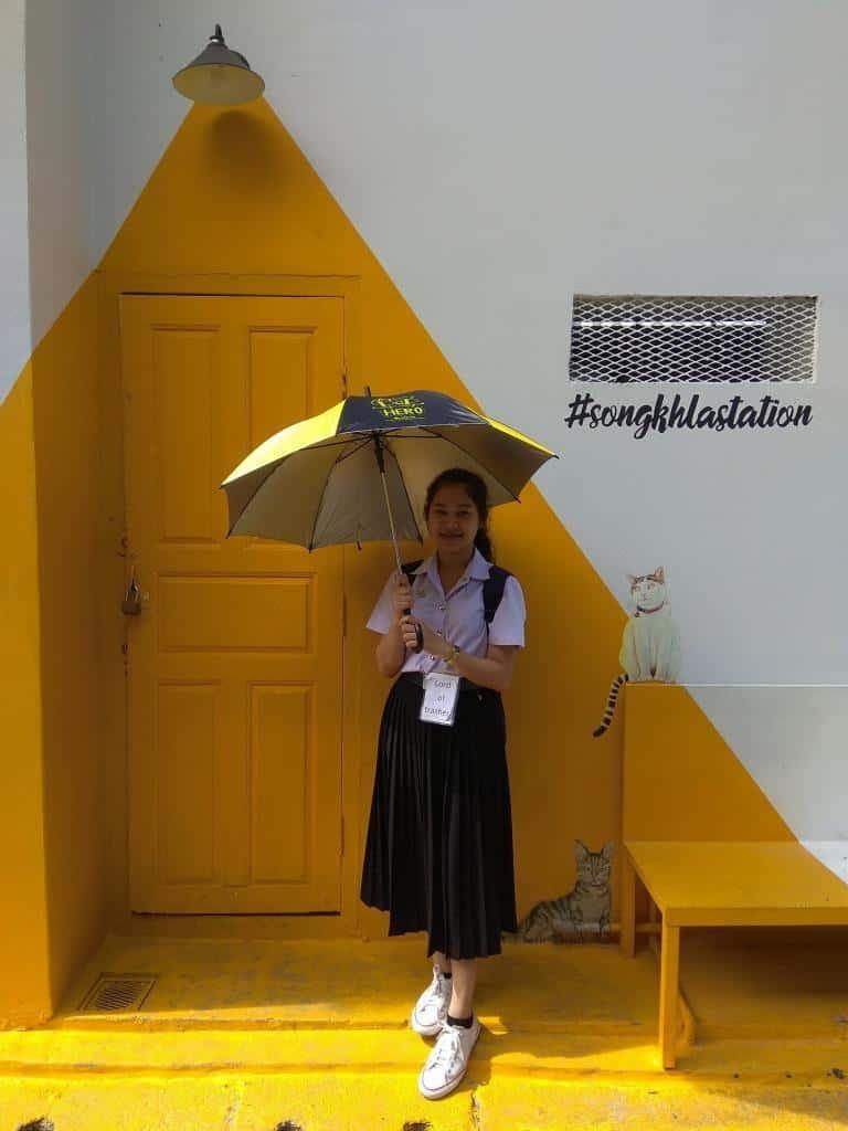 Aziatka s dáždnikom v meste Songkhla