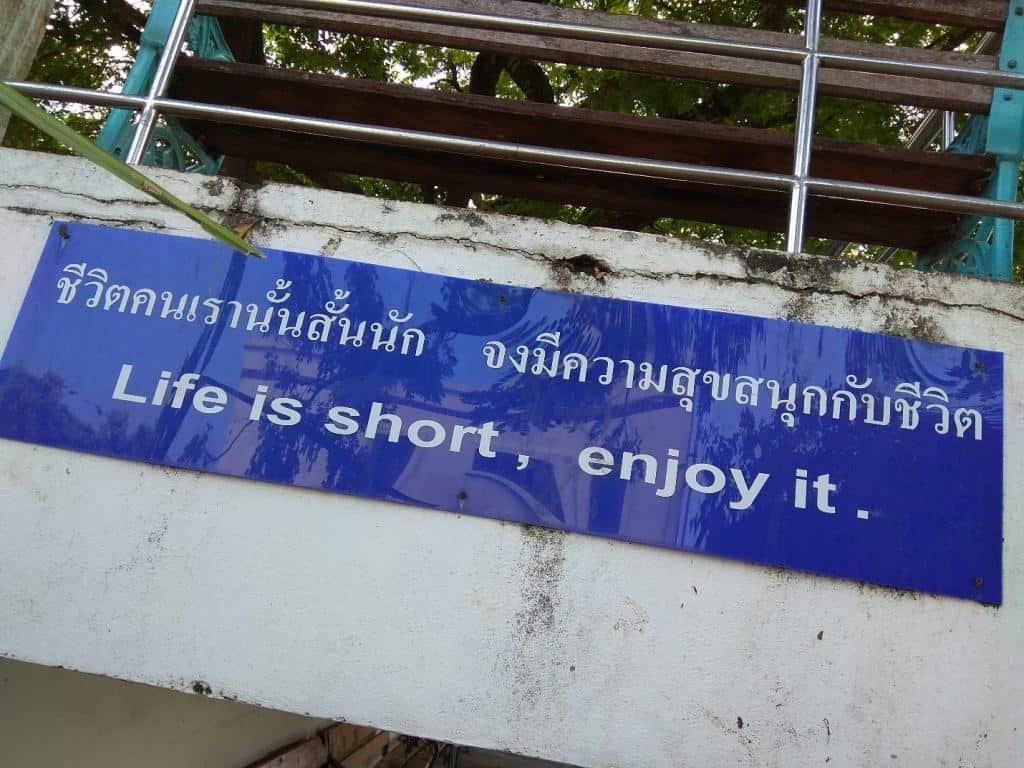 Tabuľa v meste Songkhla v Thajsku, s nápisom Life is short, enjoy it