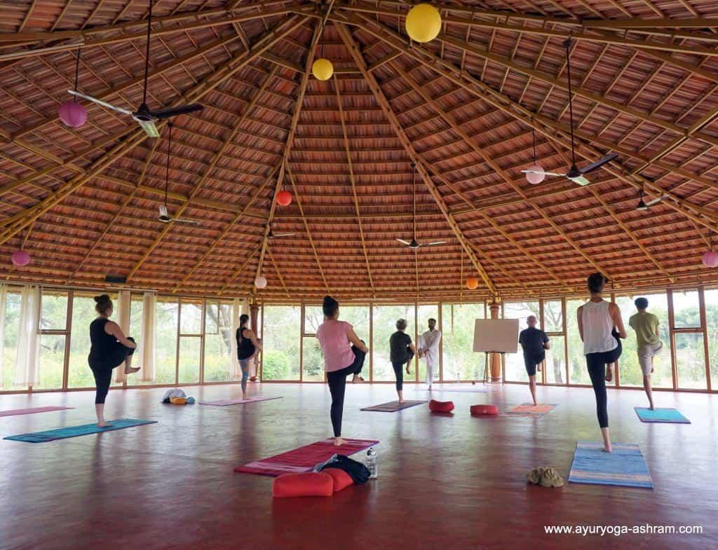 Tréning jogy v ašráme v Indii