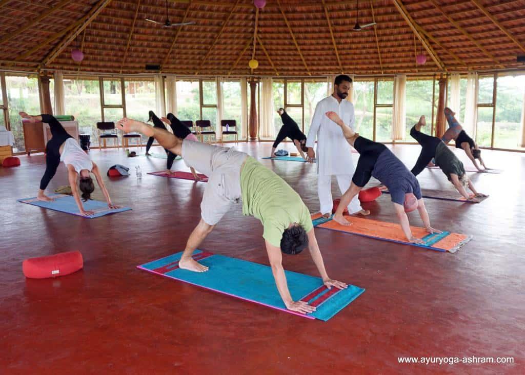 Cvičenie jogy v jogovom centre v Indii