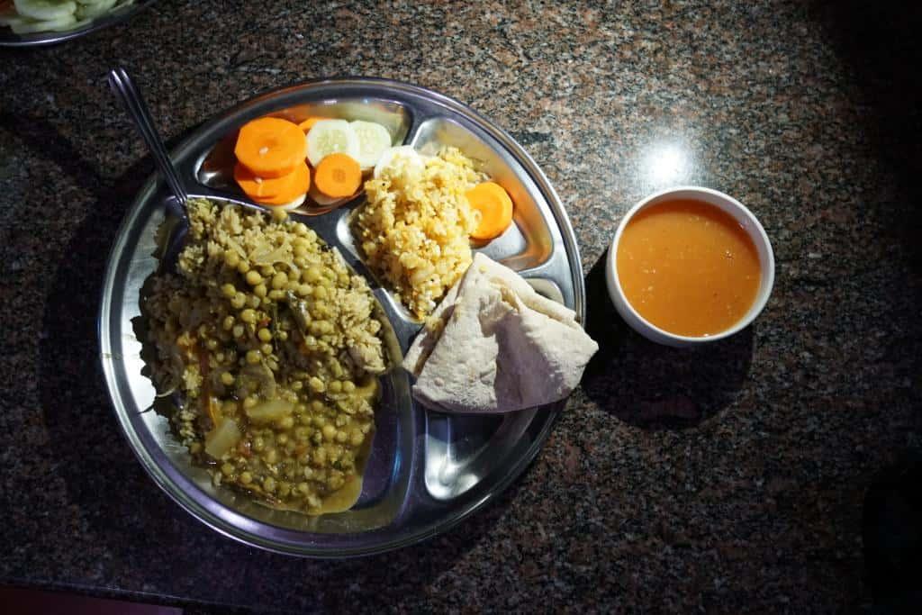 Indické vegánske jedlo v ašráme v Indii
