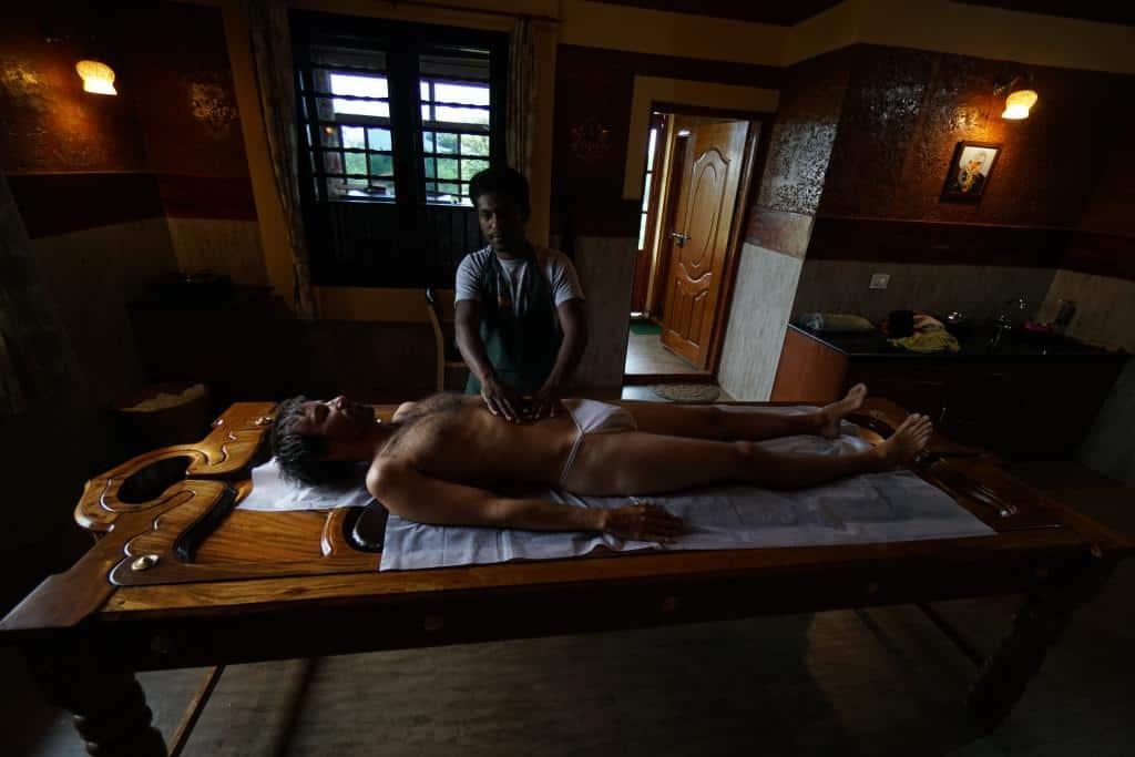 Indická masáž počas jogového pobytu v ašráme