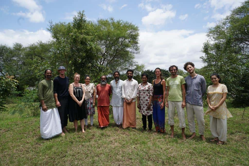 Skupina študentov na jogovom pobyte v ašráme v Indii