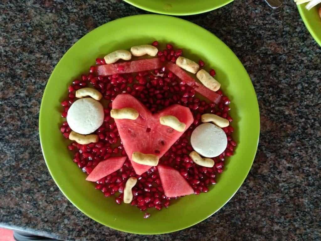 Granátové jablko s ďalším ovocím - strava v indickom ašráme