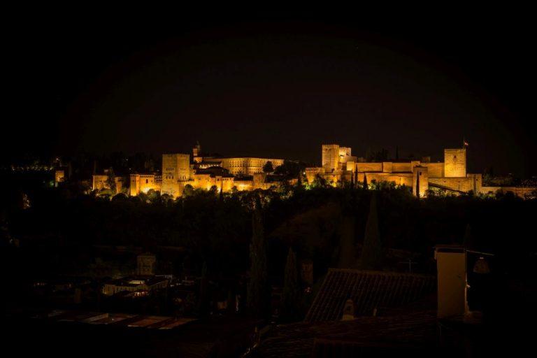 Granada, Španielsko - palác Alhambra v noci