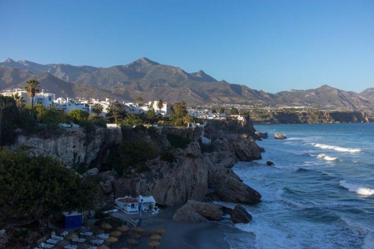 Nerja, Andalúzia - pobrežie lemované vysokými pohoriami v pozadí