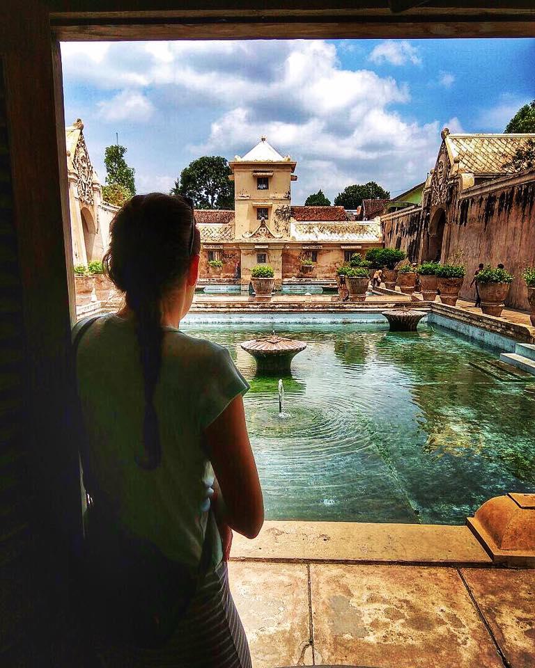 Indonézia pohľad z okna na bazén s fontánou