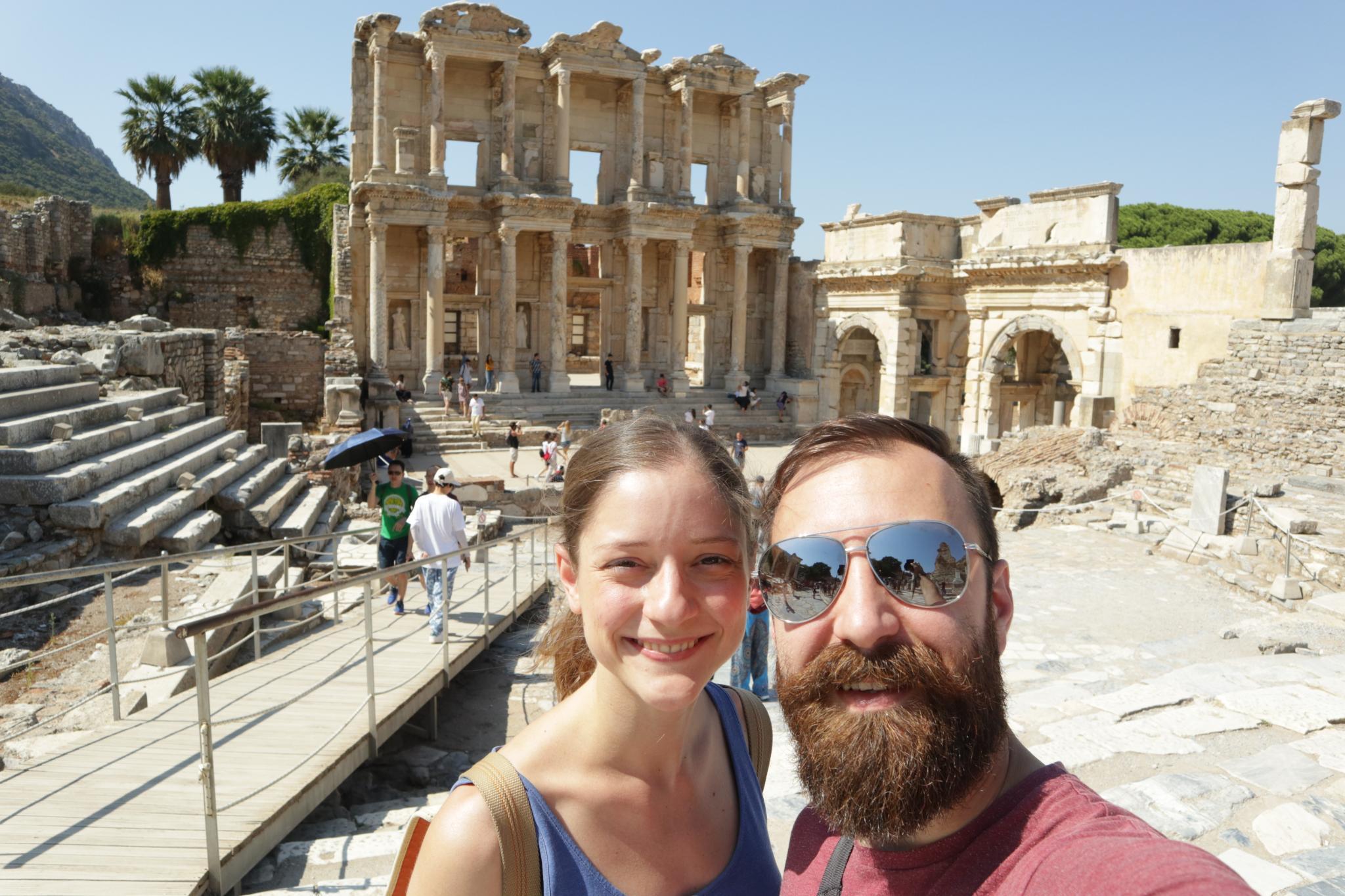 Dvaja cestovateľia a zrúcaniny starovekého mesta Efez v Turecku