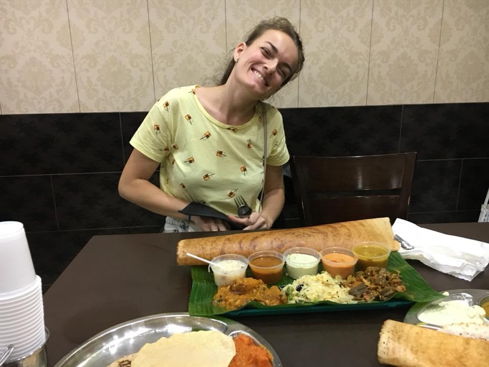 Cestovateľka v reštaurácii v Singapure