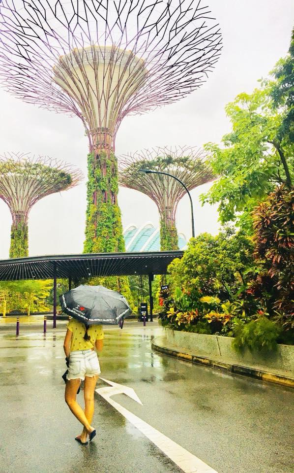 Cestovateľka  s dáždnikom v Gardens by the Bay v Singapure