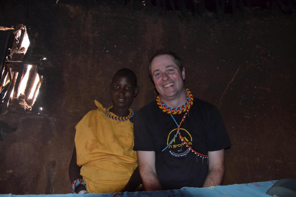 Sam – s najkrajšou ženou v osade